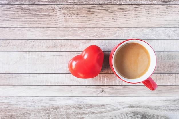 バレンタインデーのハートのコンセプトと赤のコーヒーカップ