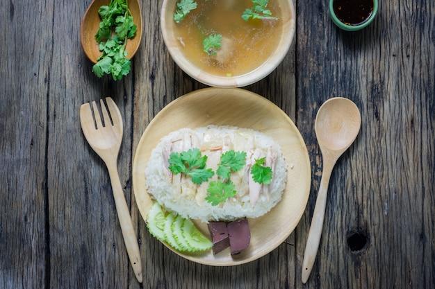 トップビュー、ハイナンチキンライス、プレート、スープ、ソース、木製タブ