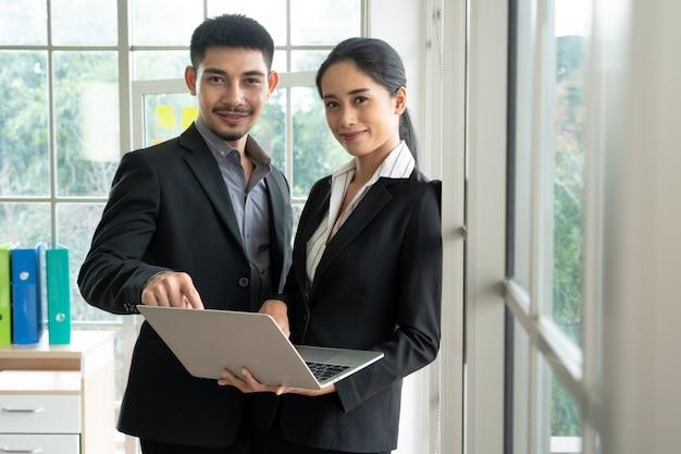 ポートレートビジネス若いカップル、ビジネスコンセプト