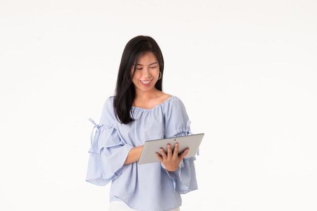Женщина портрета молодая азиатская работает на ее изолированном деле электронной коммерции