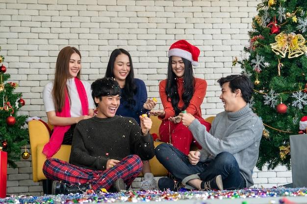 Группа азиатских друзей смеется на рождественской вечеринке, рождество