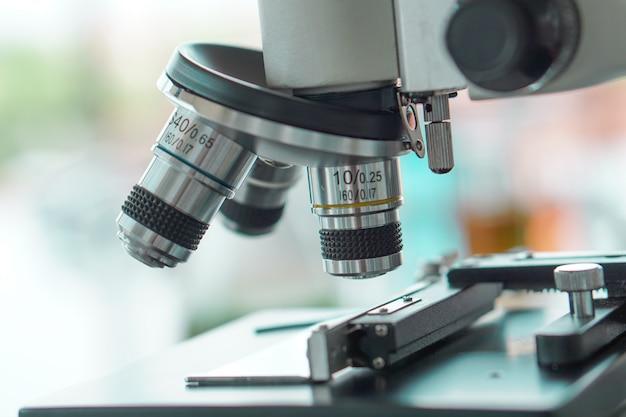 光学顕微鏡は研究に使用する準備ができています