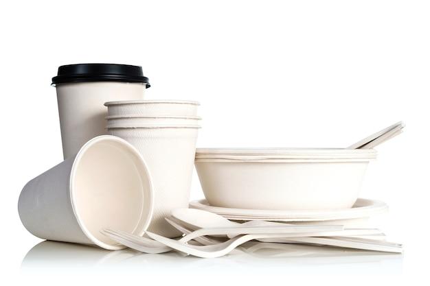 Группа природных бумаги чашки, изолированных на белом фоне