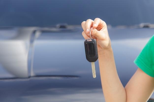 車のキーを持つ女性