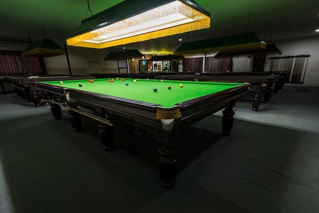 クラブで緑色のマルチカラースヌーカーボールを使ったスヌーカーテーブル
