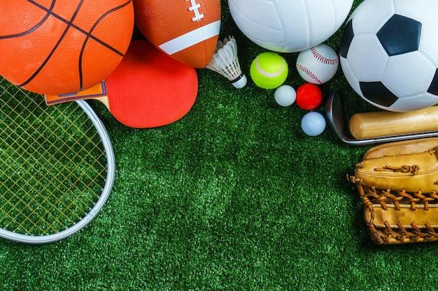緑の芝生のスポーツ用品
