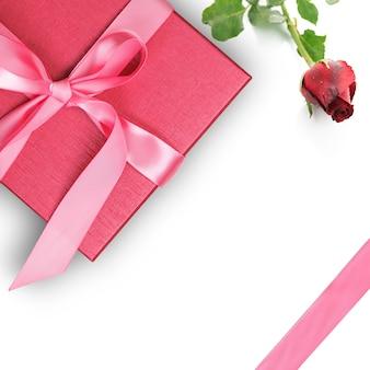Красная подарочная коробка с красной розой