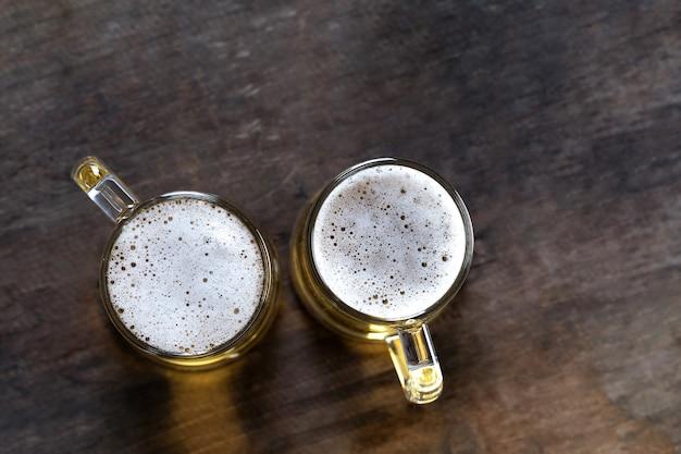 木製のテーブル背景にガラスのビールのトップビュー