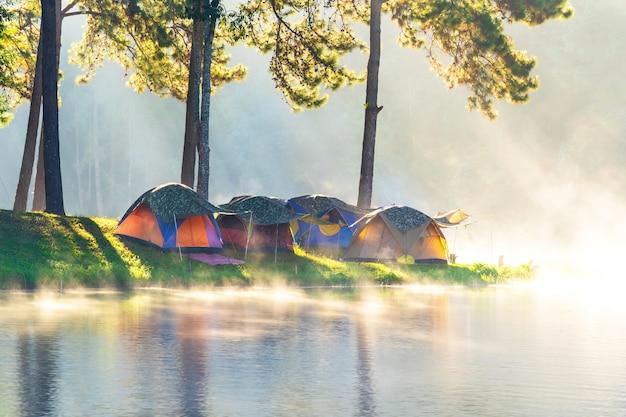 冒険キャンプとタイ、メーホンソン、パンガンでの軽い霧でのキャンプ
