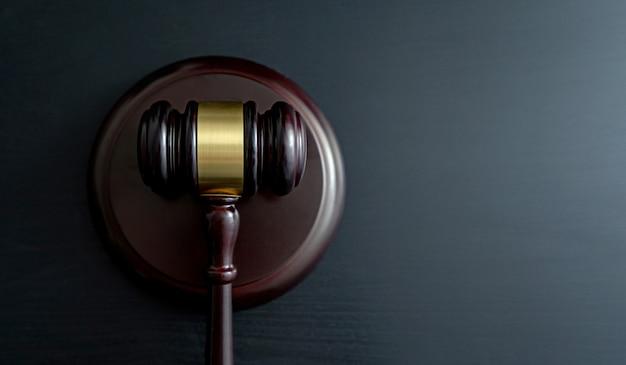 木製のテーブルの上の裁判官の小槌