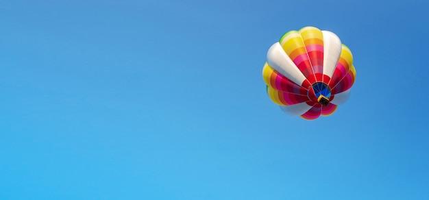 青い空に風船
