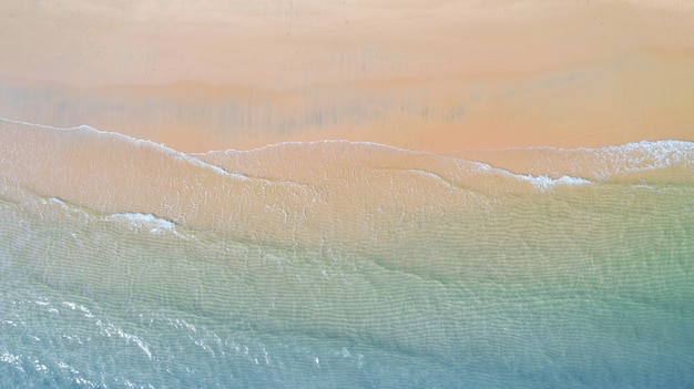 Вид с воздуха на пляж с тени изумрудно-голубой водой и пены волны на тропическом море