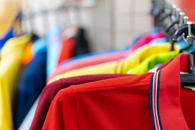 ハンガーにカラフルなポロシャツのクローズアップ