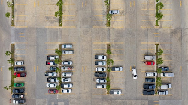 Вид сверху на парковку, взятую с беспилотников