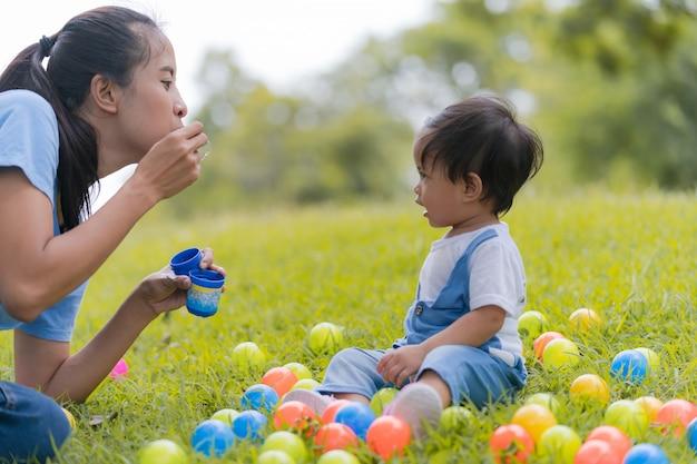 ライフスタイル家族、幸せなママと娘が公園で時間を楽しんで