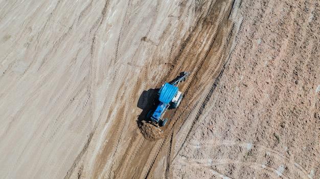 フィールドで働く農業用トラクター車両の平面図
