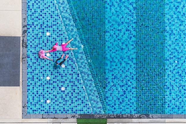 プール、空中のトップビューで遊ぶ子供たち