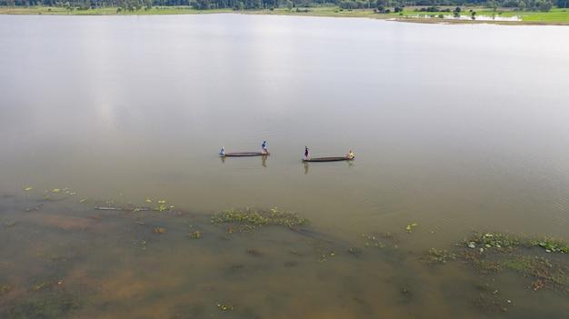 タイの漁船で漁師の空中のトップビュー