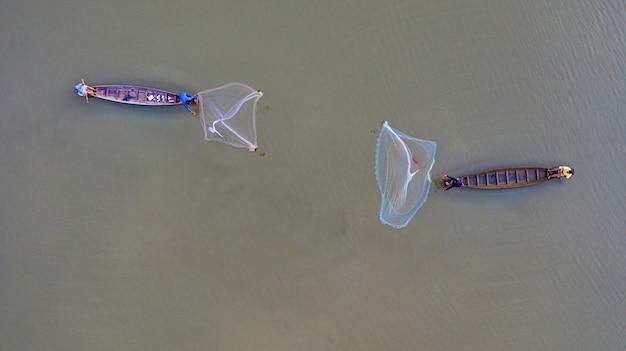 Воздушный вид сверху рыбаков на рыбацкой лодке в таиланде