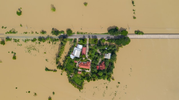 Вид сверху на затопленные рисовые поля и деревню