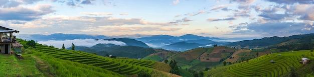 高山の風景のドローンからのパノラマ空撮