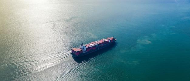 Вид с воздуха на большой контейнеровоз в экспорте и импорте бизнеса и логистики в море