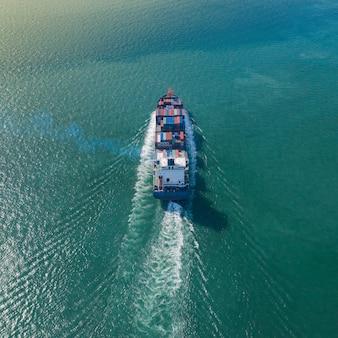 海上での輸出入ビジネスおよび物流における大型コンテナ貨物船の空中のトップビュー