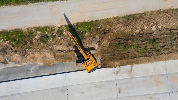 Воздушный вид сверху экскаватора, работающих на строительной площадке