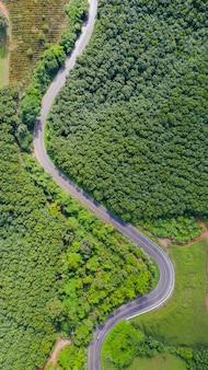 田舎エリアの田舎道の空撮、ドローンからの眺め