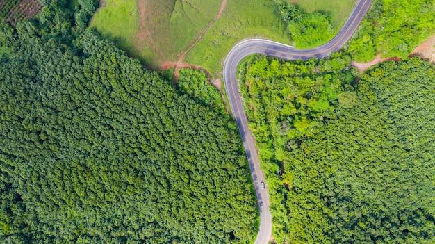 Аэрофотоснимок сельской дороги в сельской местности, вид с дрона