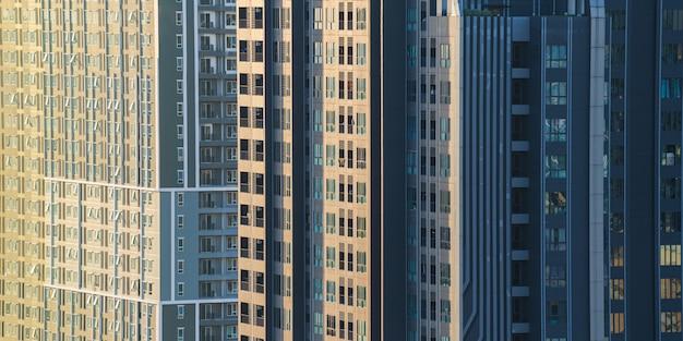 バックグラウンドで新しい近代的な建物の建設と側面図