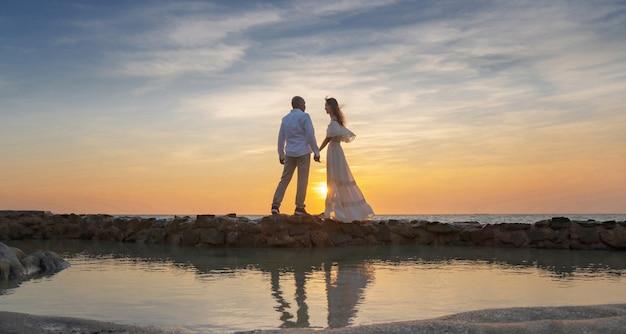 Жених и невеста в день свадьбы на пляже у моря