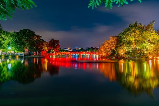 Ночной вид на красный мост, храм хьюк и нгок сын.