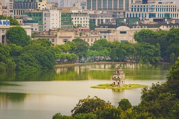 ハノイ/ベトナムのトップビュー都市と返された剣の湖のフク橋またはゴックソン寺院。