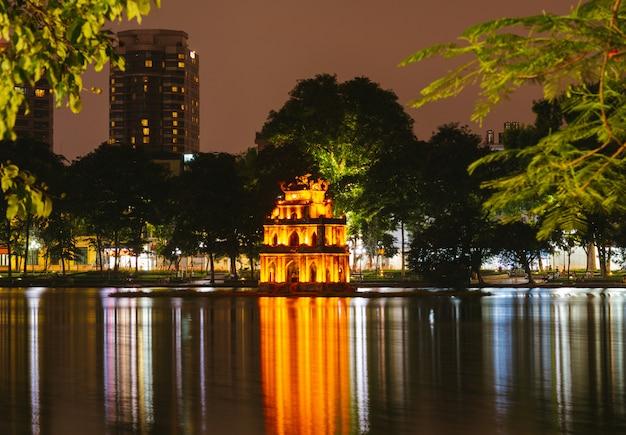 ハノイベトナムホアンキエム湖、タートルタワーの夜景。