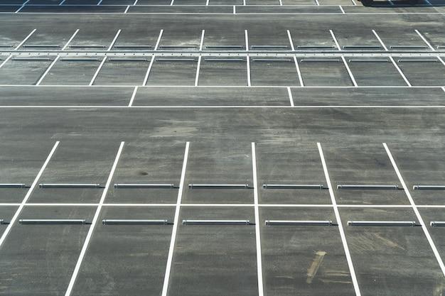 新しく塗られた空の駐車場駐車場