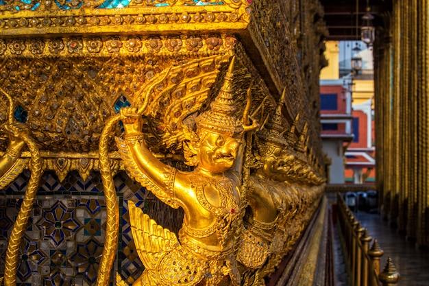 ワットプラケオの黄金の仏塔の周りに立つ黄金のガルーダ