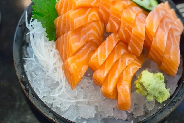 氷の上で新鮮なサーモン刺身、和食スタイル。
