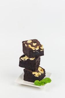 白い背景の上の自家製チョコレートブラウニー