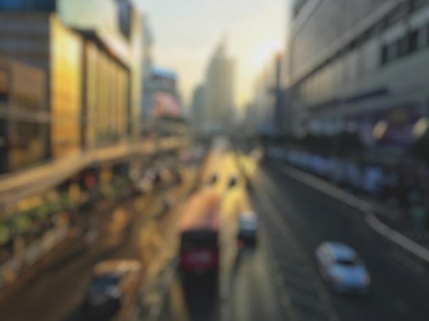 ぼやけている多くの車、バス、オートバイは、ペッチャブリーロードでの交通渋滞の原因となっています。