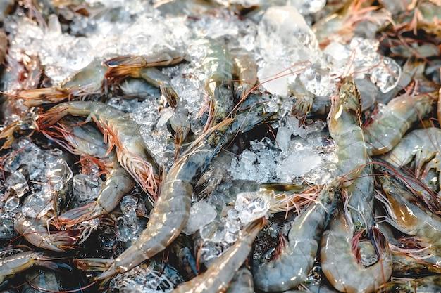 新鮮なエビや海老の市場での氷。