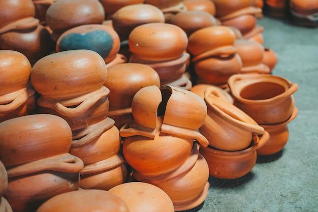 Куча оранжевых глиняных горшков