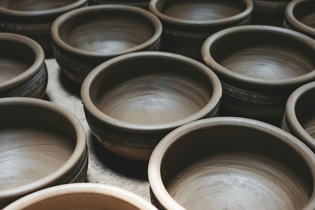 Ряд глиняных горшков