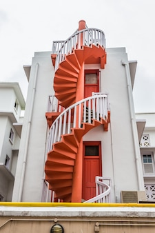 シンガポールのブギス村のカラフルならせん階段とカラフルな都会。観光客のランドマークです