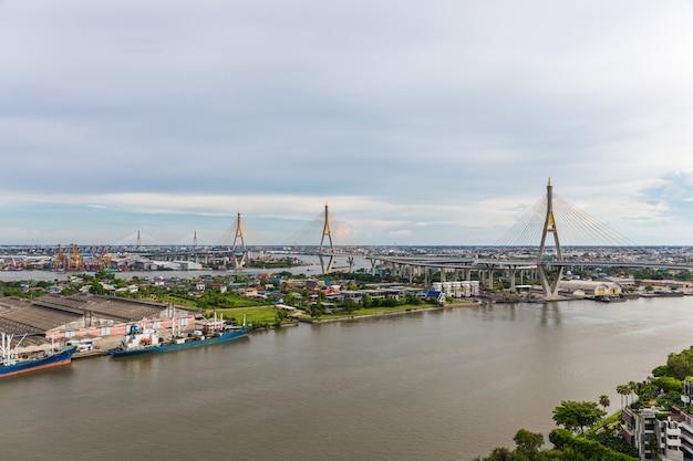Пумипонский мост - один из самых красивых мостов в таиланде и вид на бангкок.