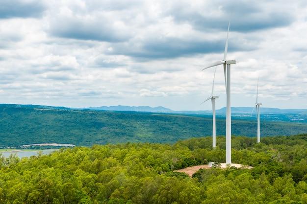 自然、渓谷、木々の空の真ん中にある風力タービン
