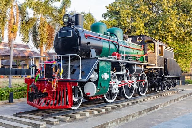 レール上の古い蒸気機関車