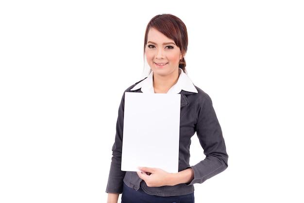 白い背景の上にブランクの看板を持っている幸せに笑顔若いビジネス女性