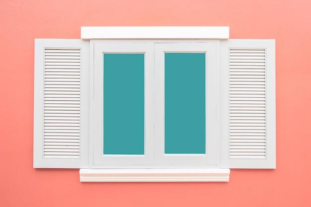 白い窓クラシックヴィンテージ色のピンクの壁の背景に