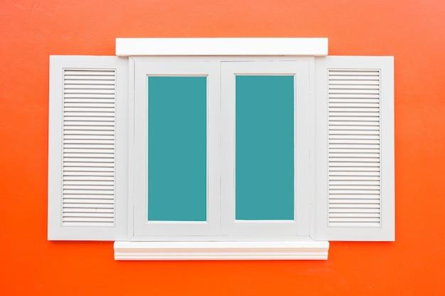 白い窓クラシックヴィンテージ色の赤い壁の背景に